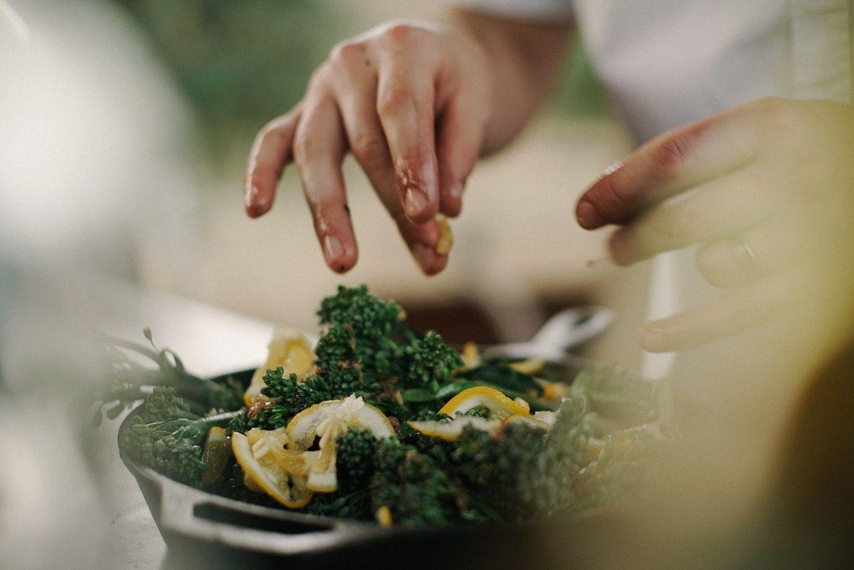 Makkelijke maaltijd tips: hier zie je iemand een salade maken
